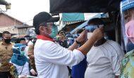 Permalink ke Kunjungi Pasar Sungsang, Gubernur Herman Deru Bagikan APD ke Pedagang